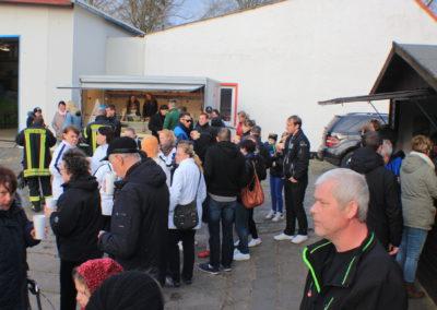 NEWS - 2017_04 Osterhase kam persönlich zum Osterfeuer_0183