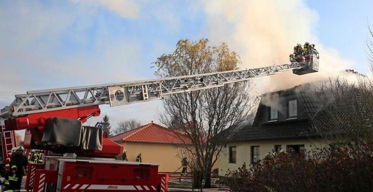 OZ Beitrag – Hausbrand in Elmenhorst: Frau und Hund entkommen gerade noch den Flammen
